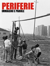 Copertina libro con ragazzi che giocano a pallone in un prato in periferia